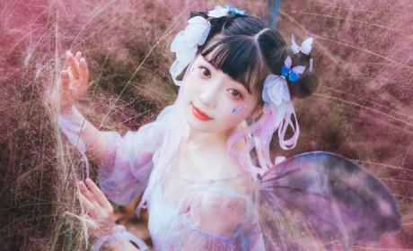 梦幻般的风格,穿汉服的蝴蝶小妖精在花丛中嬉戏
