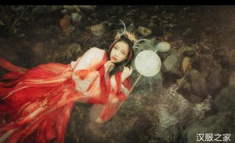 化为龙女,水中汉服摄影美图,胶片质感的摄影图